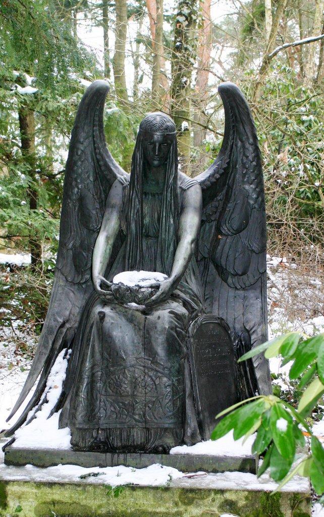 Engel mit hohen Flügeln – Stahnsdorf
