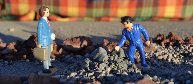 Arbeiter räumt den Weg frei