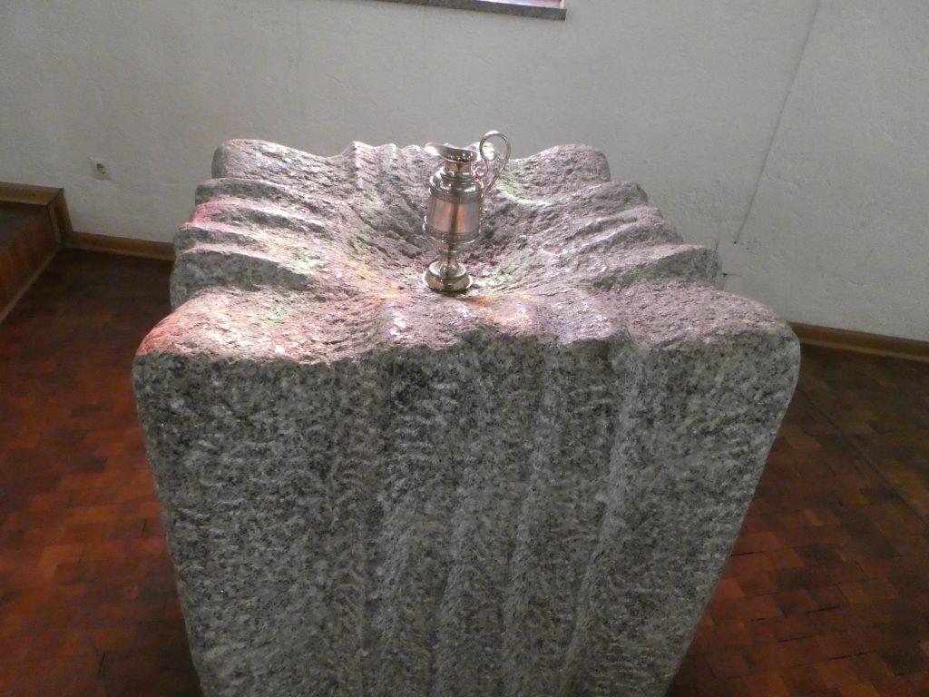 Taufstein mit Taufkanne der Versöhnungskirche