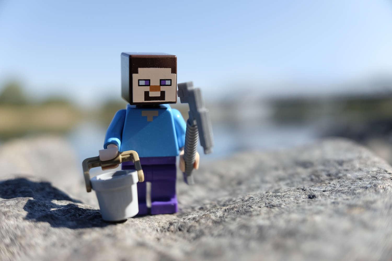 Lego-Minecraft-Figur als Minenarbeiter